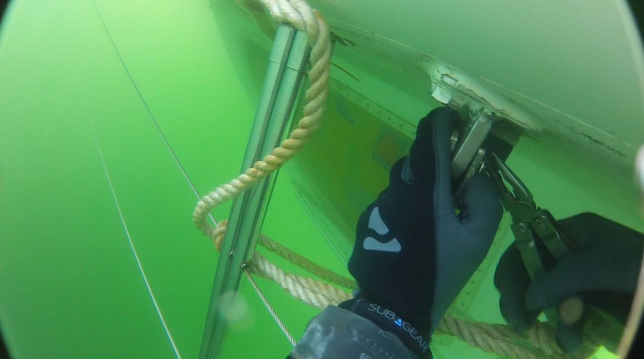 Demontage des Mastes unter Wasser