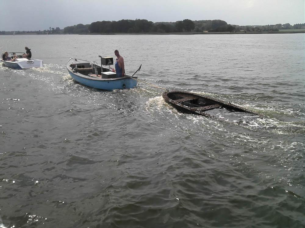Bootswrack wird abgeschleppt